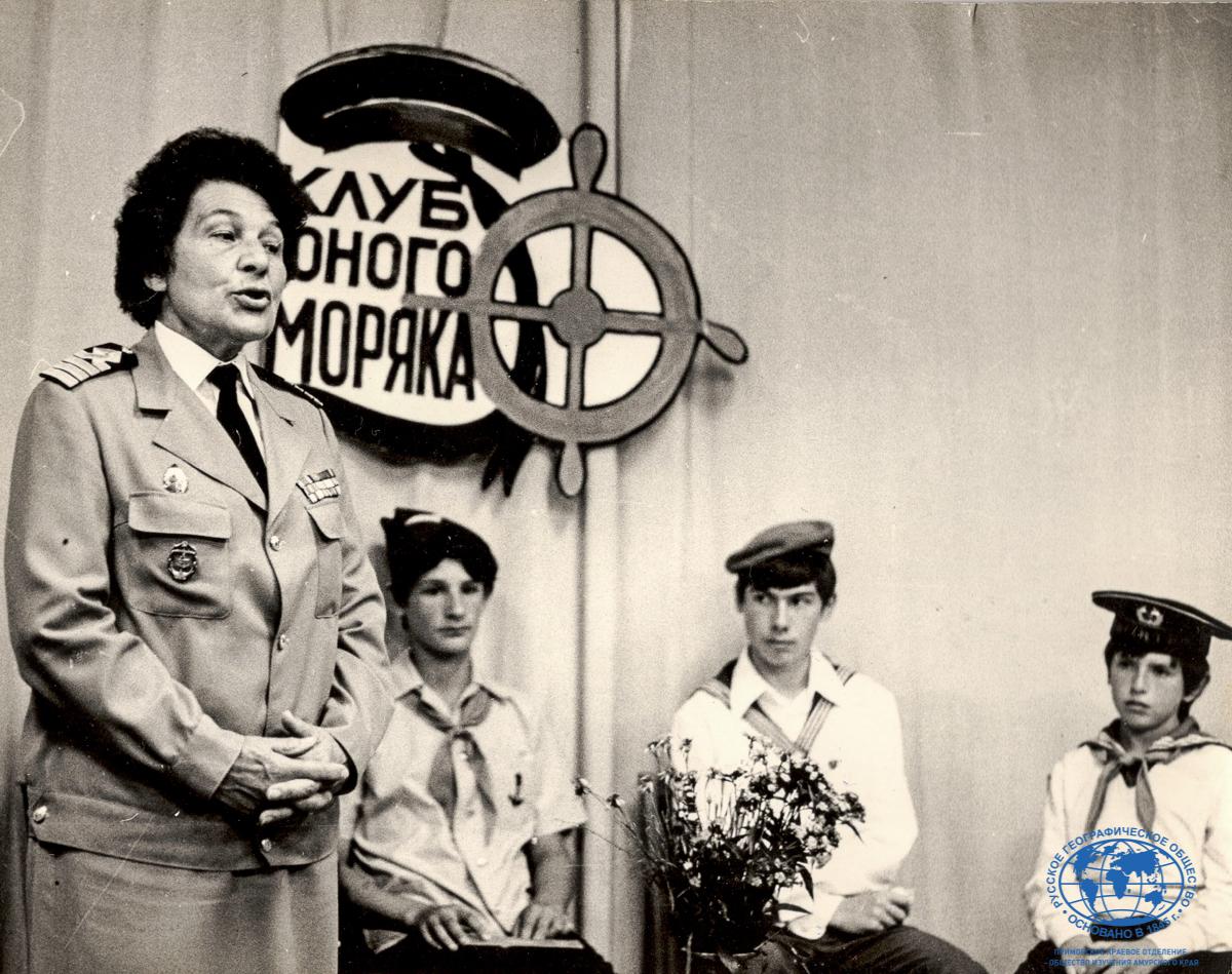 Капитан-дальнего плавания А.И. Щетинина выступает перед юными моряками, Владивосток, 1985 год