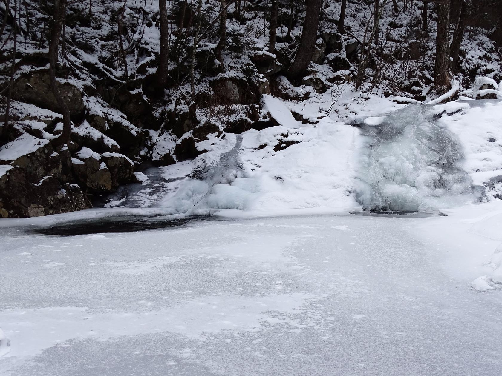 Водопад Трехголовый наполовину подо льдом