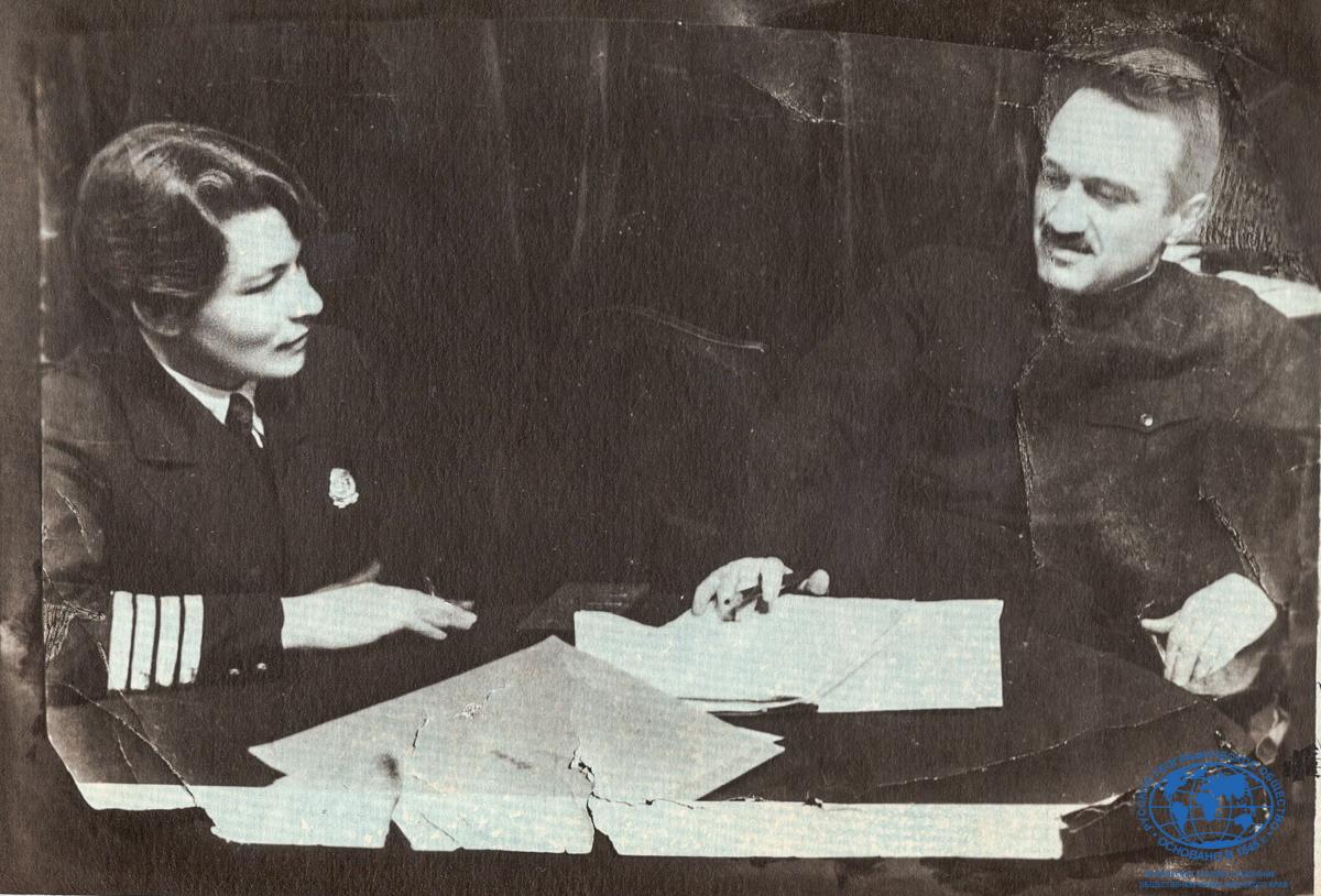 А.И. Щетинина с наркомом пищевой промышленности А.И. Микояном после вручения первой награды, 1936 год