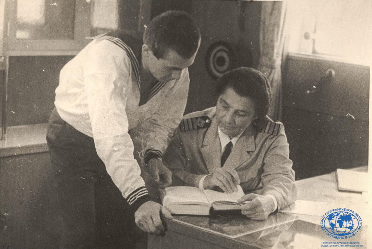 А.И. Щетинина с курсантом Ю. Рязанцевым на т/х «Охотск», 1967 год