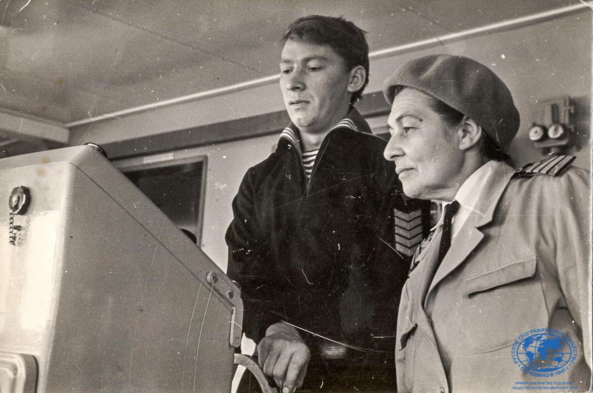 Теплоход «Охотск», А.И. Щетинина и рулевой курсант Н. Масленников, 1968 год