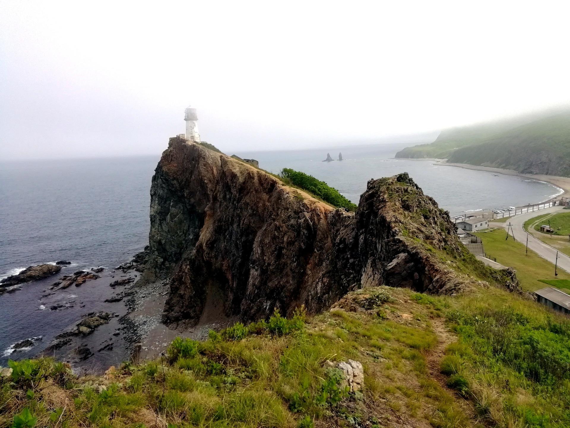 Вид на маяк Бриннера с оконечности мыса